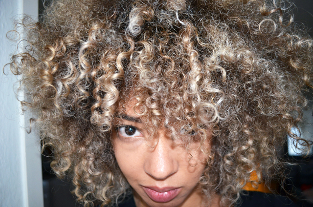 mercredie-blog-geneve-salon-coiffure-jennifer-tasset-chambery-couleur-cheveux-frises-naturels-afro-blonds-blonde-highlights-meches3