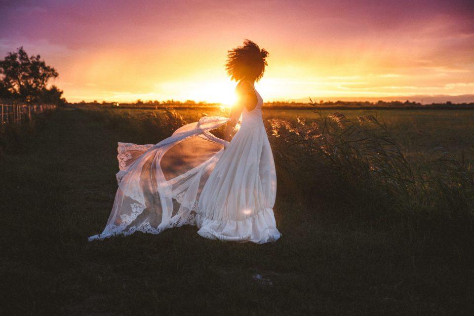 mercredie-mariage-blog-theme-delphine-manivet-collection-robe-couture-gazar-de-soie-tulio-mas-de-peint-voile-dentelle-calais-chapelle-chapel-lace-veil-coucher-soleil
