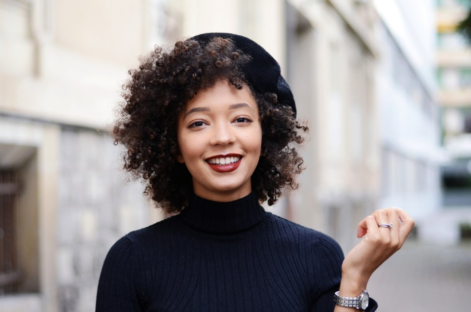 mercredie-blog-mode-geneve-suisse-fashion-blogger-all-black-outfit-chic-nars-audacious-lipstick-rouge-a-levres-louise-curly-hair-afro-cheveux-frises-beret-parisian-look-seiko-ultrathin-ladies-quartz