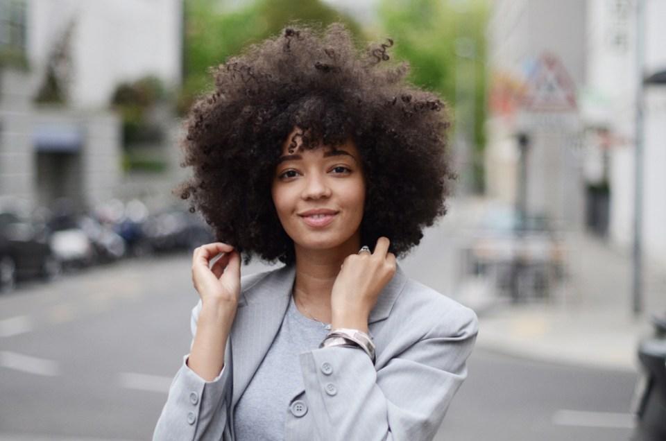 mercredie-blog-mode-geneve-suisse-levis-501-h&m-babies-velours-veste-blazer-vintage-afro-natural-curly-hair-cheveux-frises-bracelets-ethniques-bijoux-cherie7