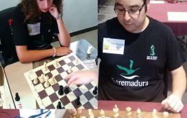 Doble exhibición de ajedrez en la Plaza España de Mérida