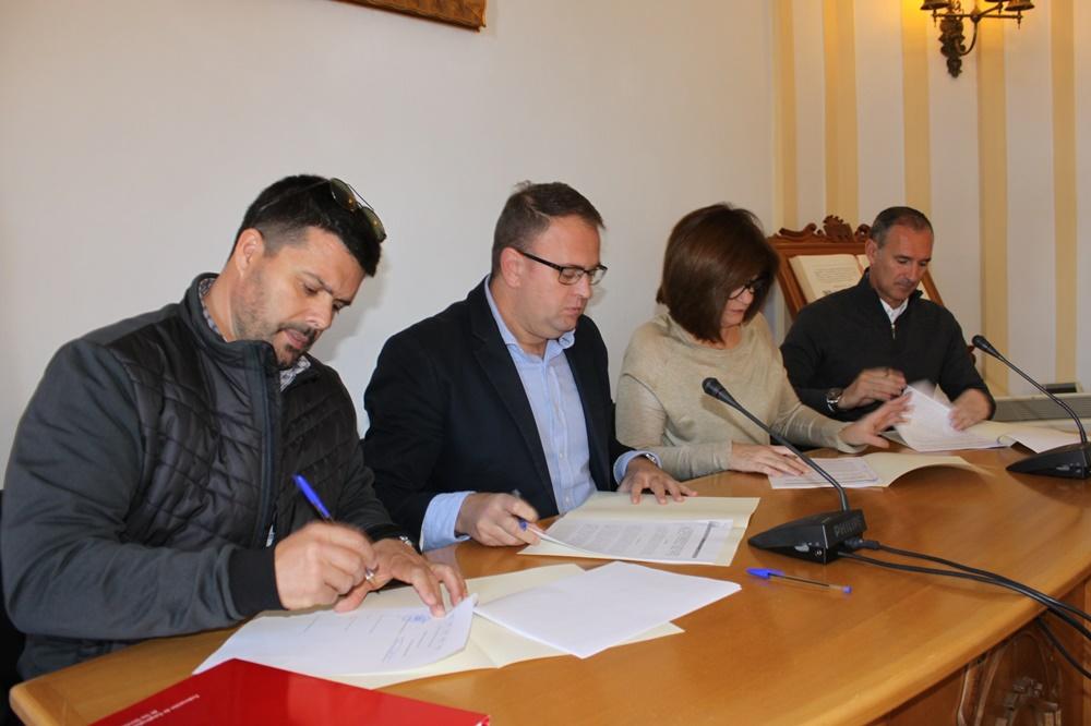 El alcalde y los sindicatos firman el acuerdo de la carrera profesional para los trabajadores municipales