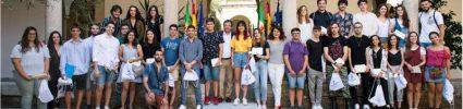 El presidente de la Junta entrega becas a 35 jóvenes que viajarán en agosto por países europeos