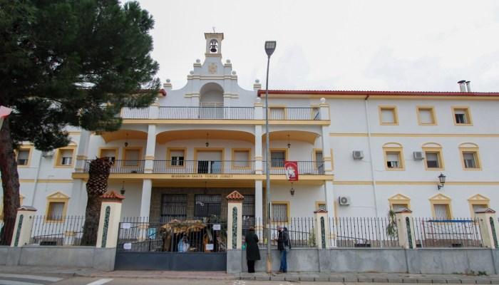 El Ayuntamiento de Mérida entrega 300 litros de aceite y 500 litros de leche al Asilo de Ancianos