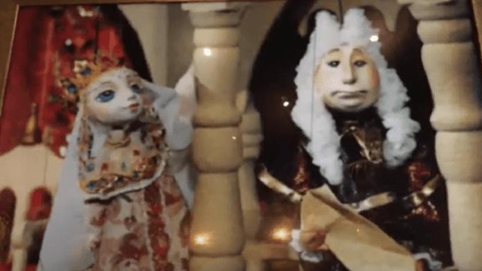Alison, Ispod površine: Lutkarska predstava sa Alisonom Bekerom u glavnoj ulozi