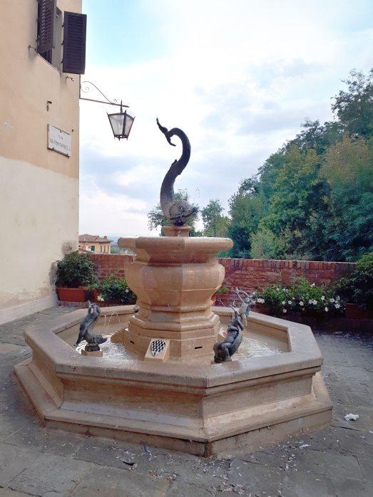 Fontana dell'onda Siena.jpeg