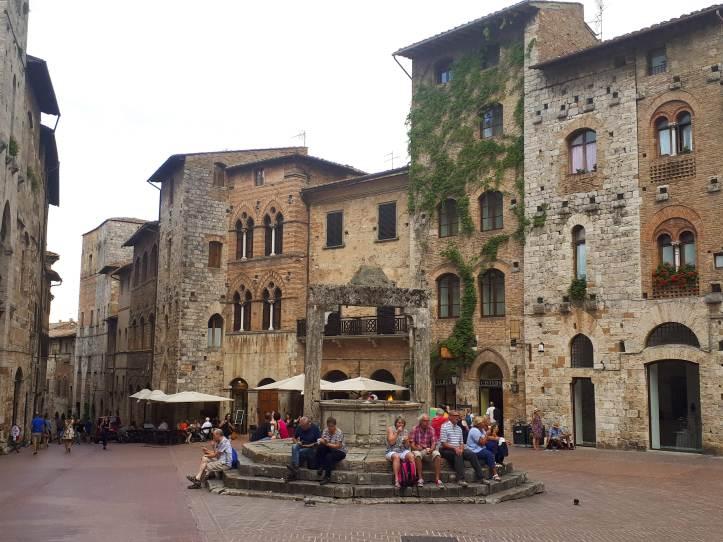 San Gimignano Piazza della Cisterna.jpg