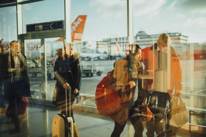 Aeroporto trolley viaggiatori