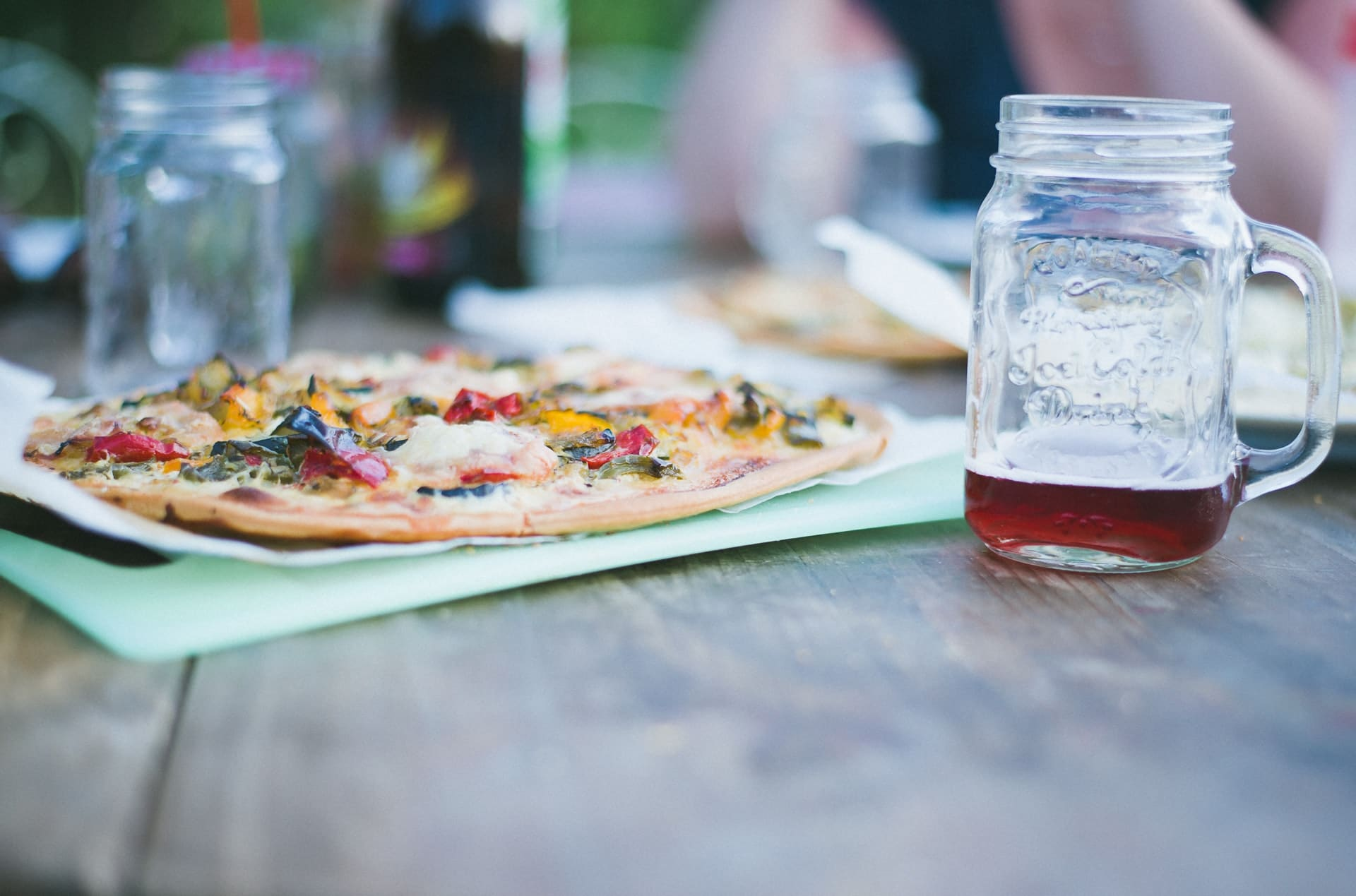 Throw a Backyard Make Your Own Pizza Party via @mermaidsandmojitos