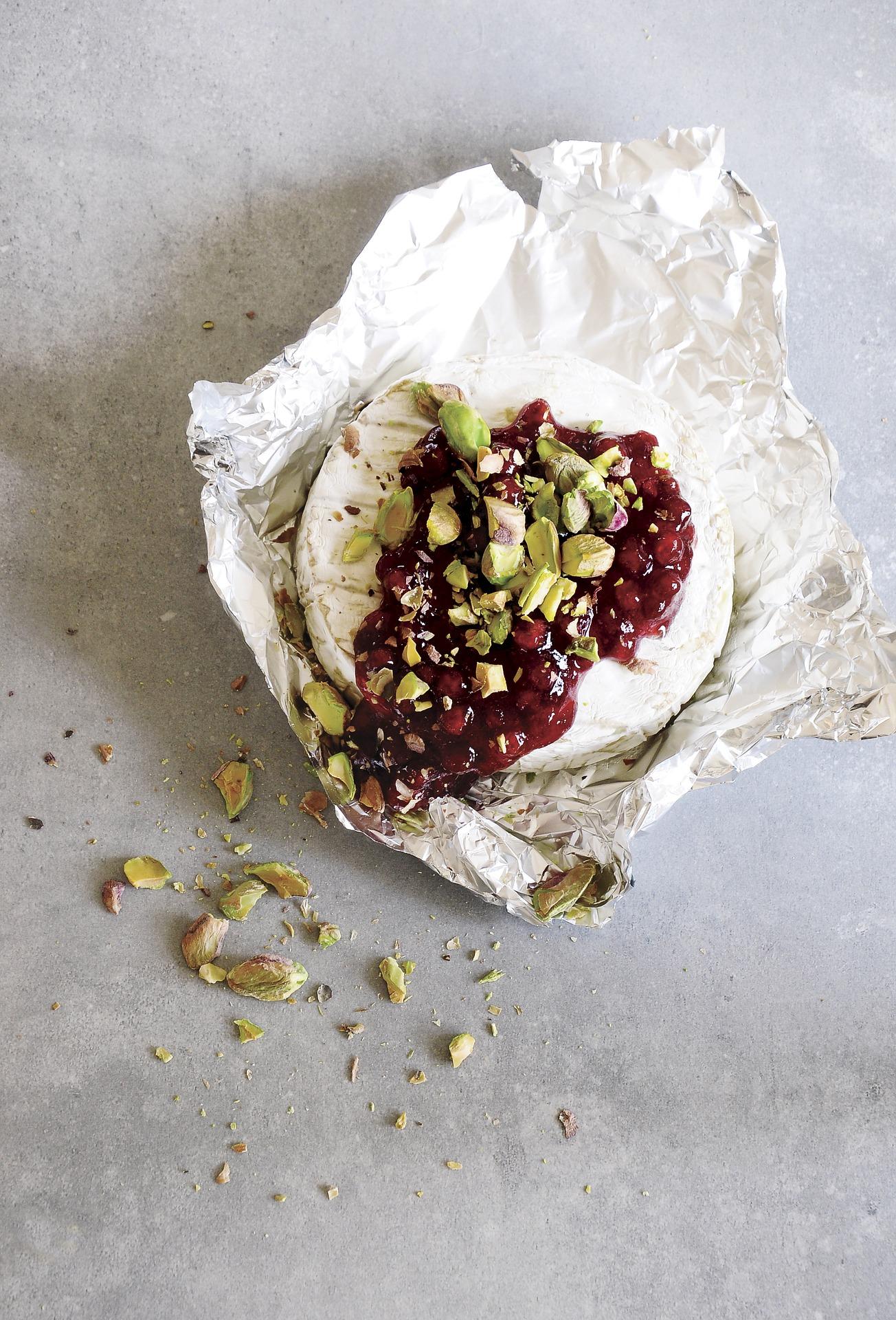 Camembert with Fig Jam and Pistachios Beggars Purse via @mermaidsandmojitos