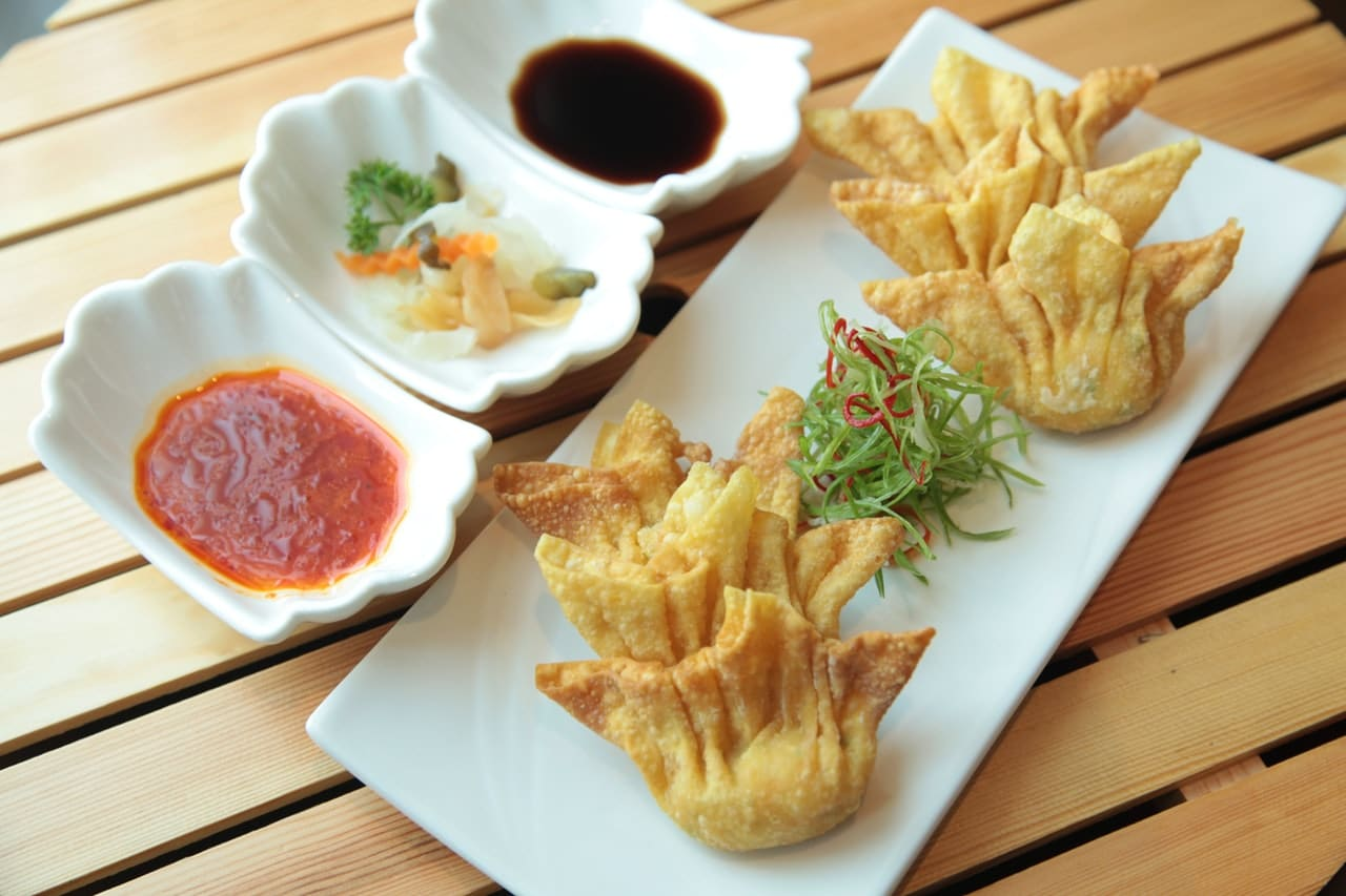 Crab and Brie Wonton Recipe via @mermaidsandmojitos