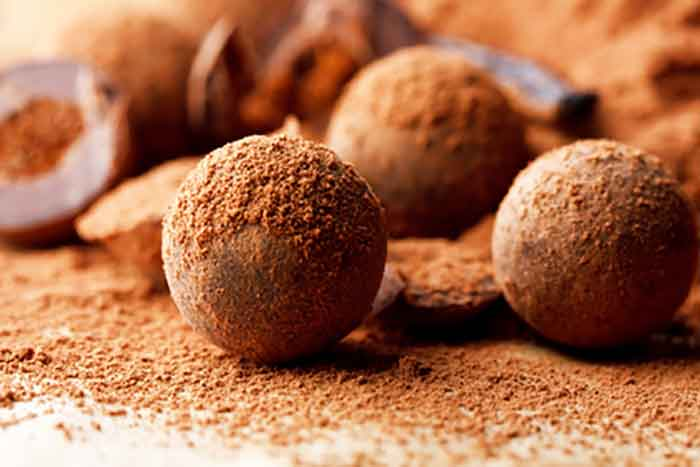 Easy Homemade Chocolate Truffles via @mermaidsandmojitos