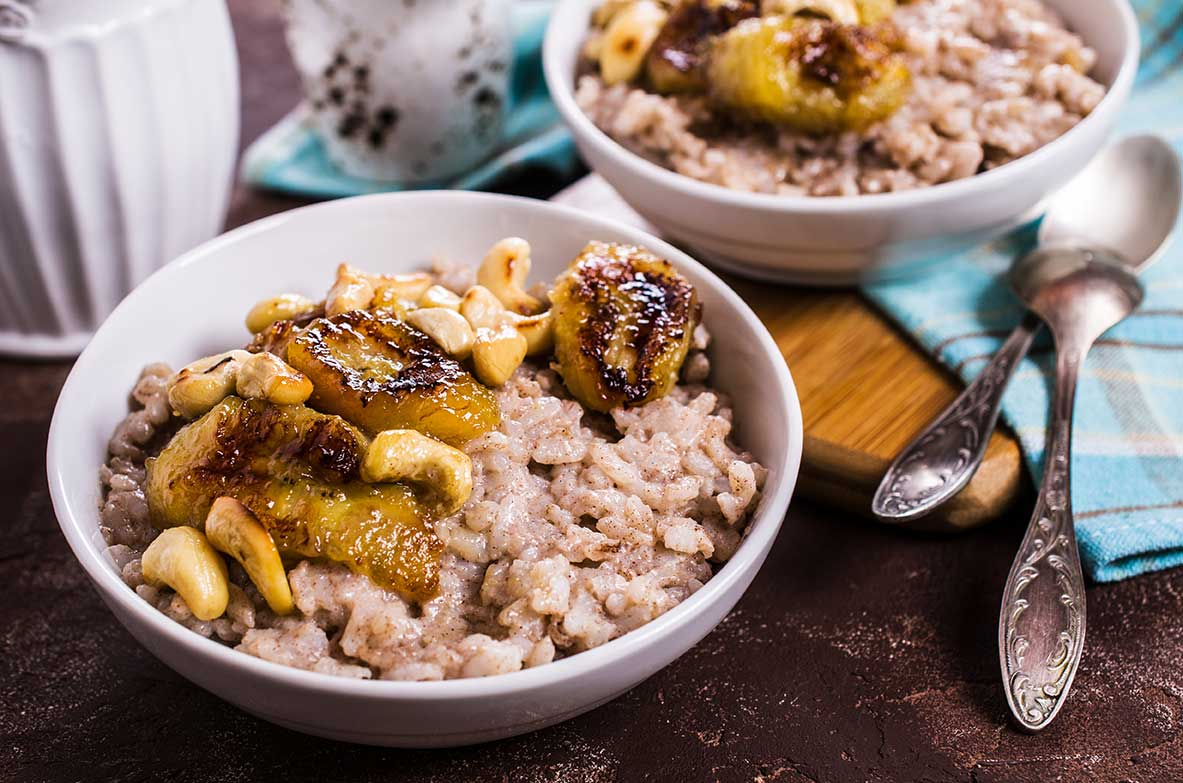 Coconut Rice with Curried Bananas and Cashews via @mermaidsandmojitos