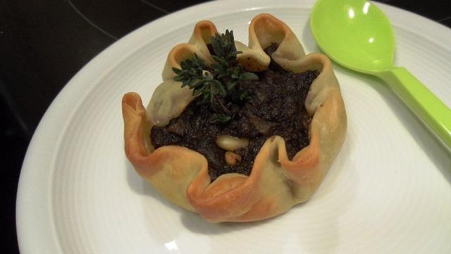 Mini-tiestos de morcilla con manzana y piñones