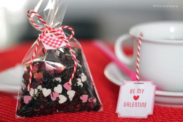 Té de rosas con corazones de azúcar.