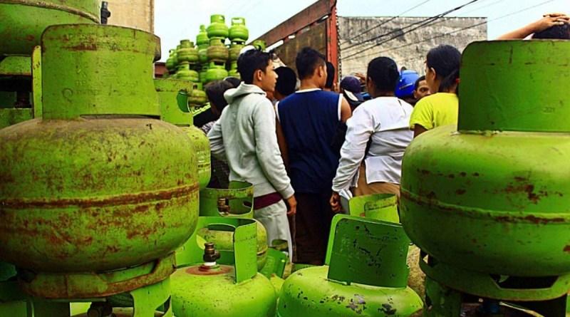 LPG Langka Warga di Pinrang Masak Pakai Kayu Bakar