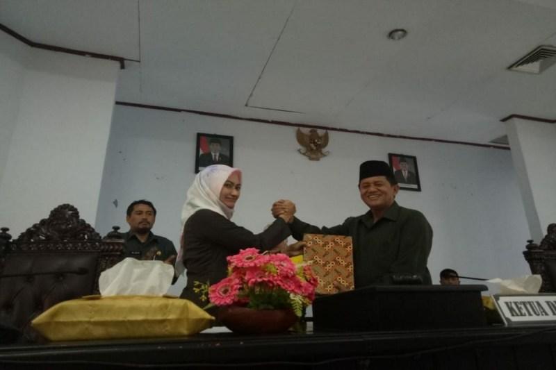 Bupati Luwu Utara Menyerahkan LKPD 2017 kepada Ketua DPRD