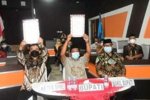 Bupati Soppeng Bersama Ketua DPRD Teken Penyerahan LHP LKPD 2020