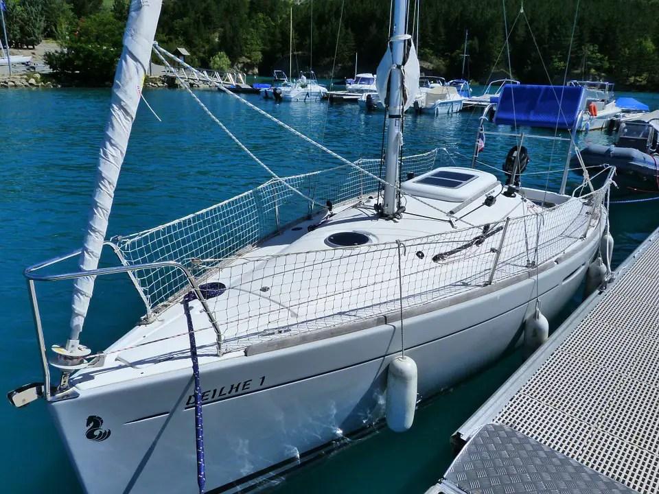 installer des panneaux solaires sur son bateau mers bateaux. Black Bedroom Furniture Sets. Home Design Ideas
