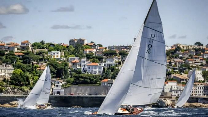 yachts classiques sur la calanque classique