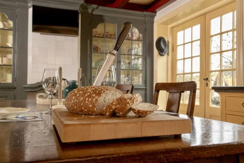 Oudhollandse keuken Hooge Zwaluwe brood vitrinekast blauw