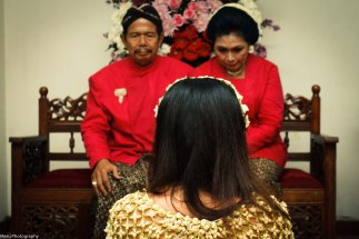 That's her parents. Dinda is now going to ask forgiveness from both of them..