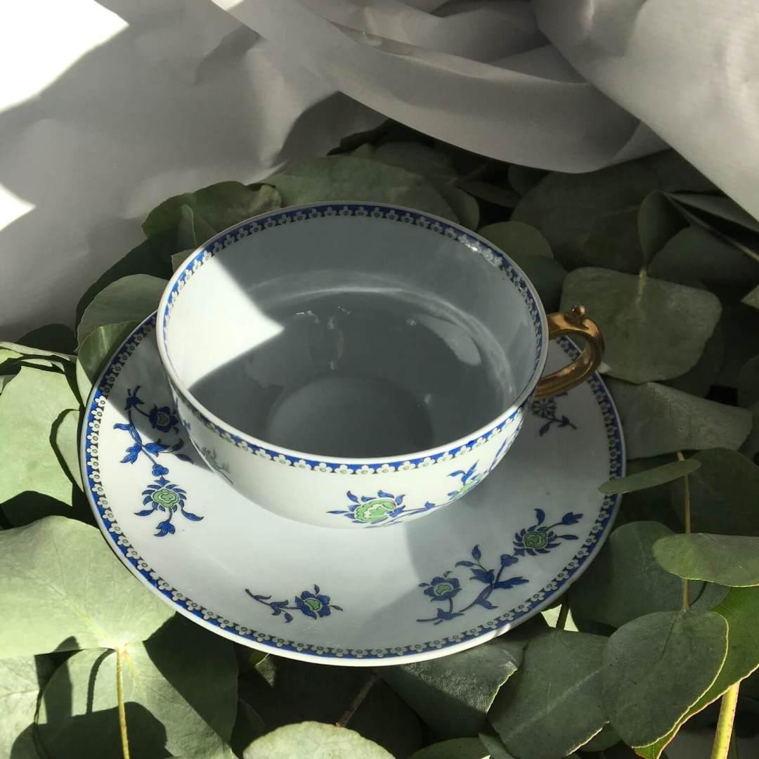 Bouquet de tasses à thé bleues et dorées