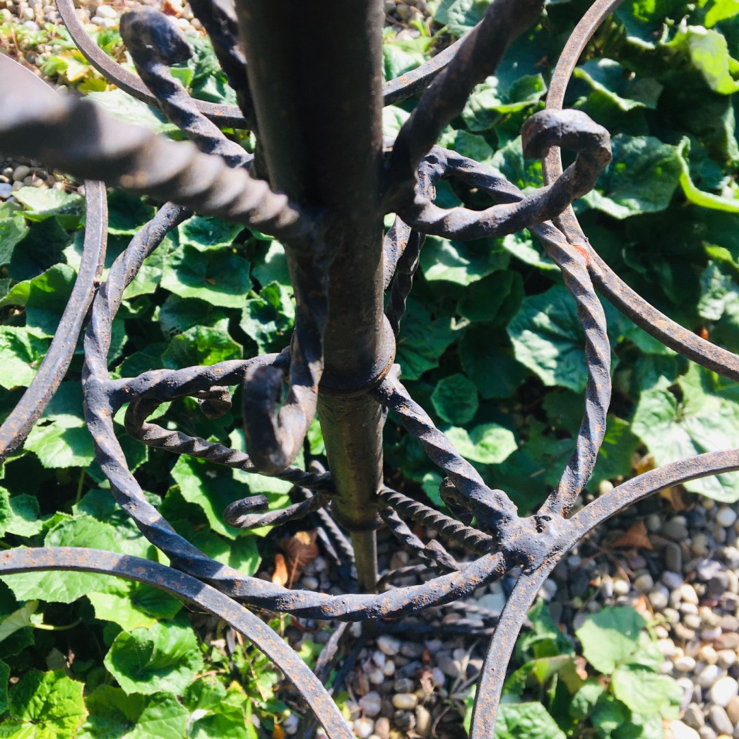 Porte plantes fer forgé circulaire et mobile noire