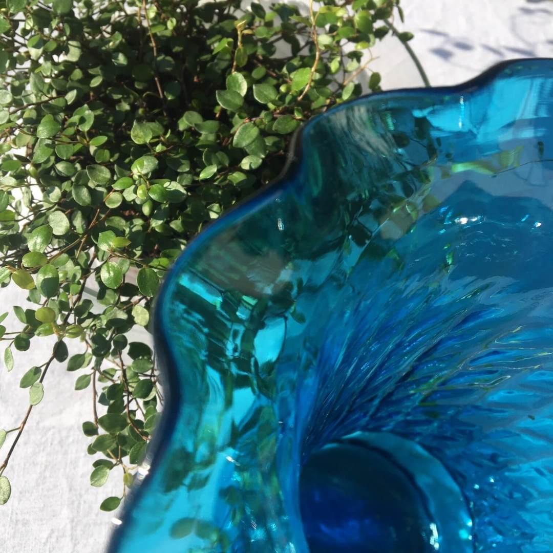 Vase corolle verre bleu ancien strié