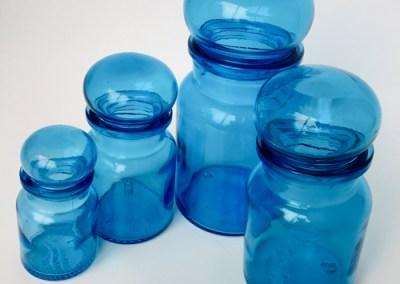 Pots en verre bleu