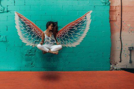 femme avec ailes de la liberté