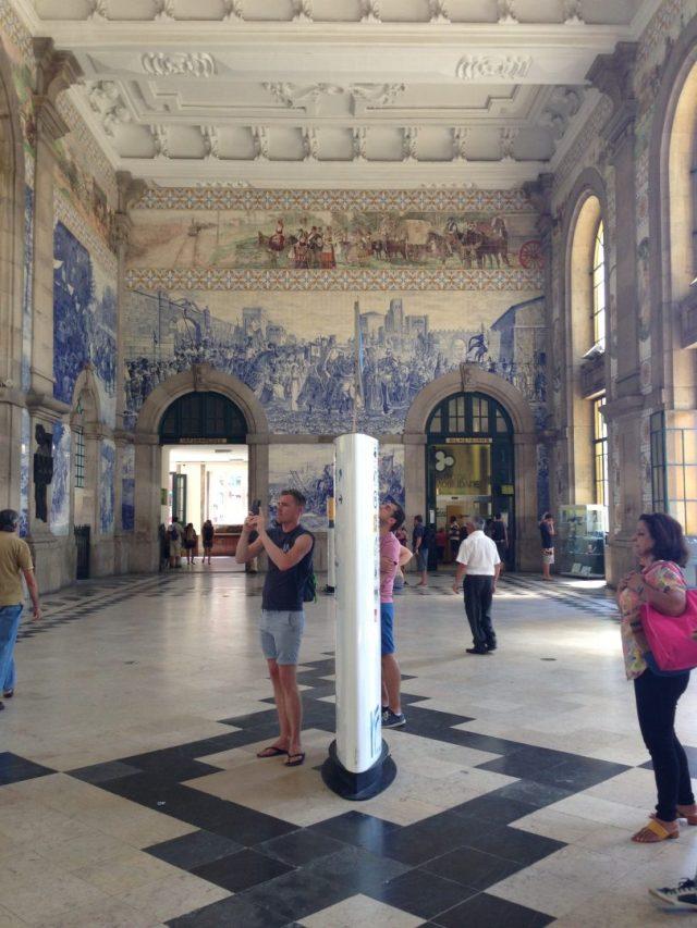 16. Vestíbulo de la estación con sus característicos azulejados.