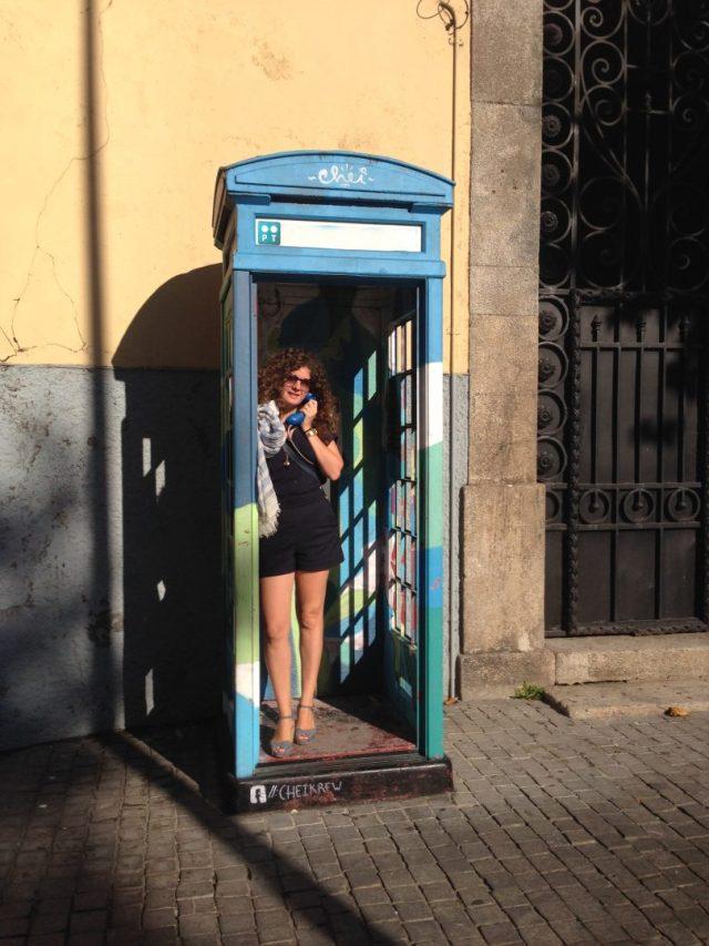 38. Cabinas telefónicas inglesas con streetart.
