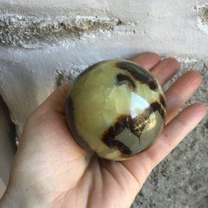 jolie sphère en septaria de 6cm