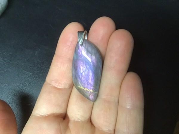 Pendentif-labra-violette-rose