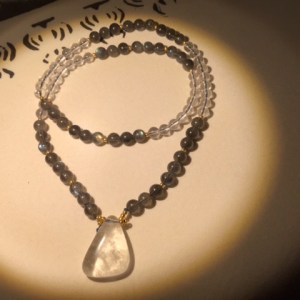 Collier en perles de labradorite et cristal