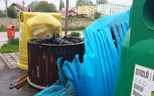 Containere pentru colectarea deşeurilor au fost incendiate la Sfântu Gheorghe