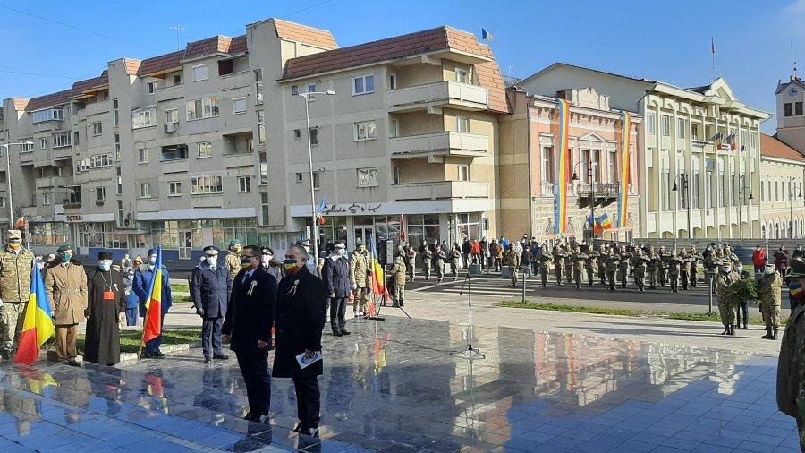 1 Decembrie- Omagiu adus în judeţe cadrelor medicale şi forţelor de ordine de Ziua României