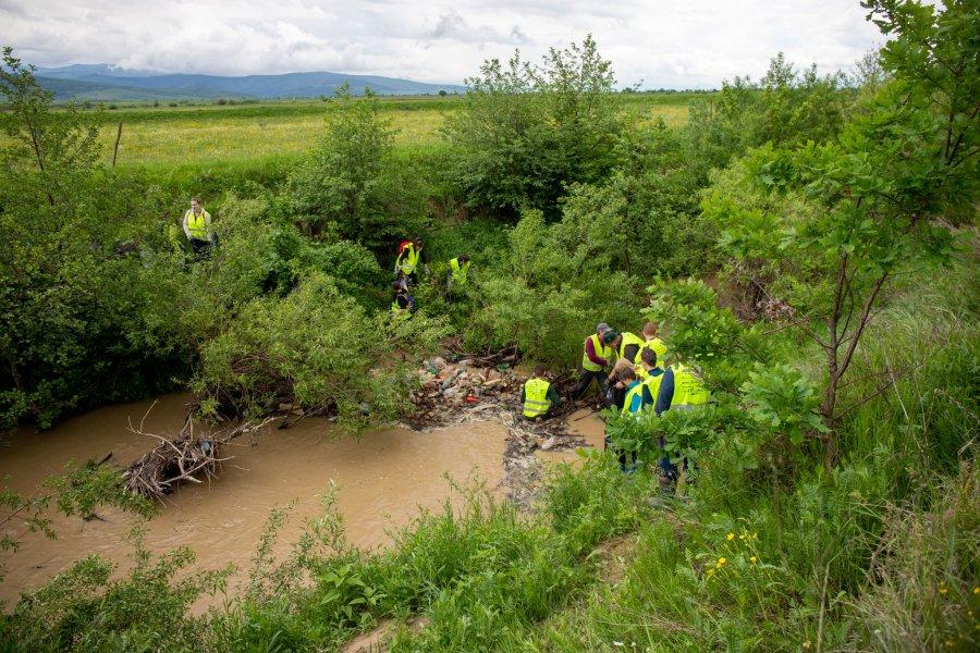 """Amplă acţiune de ecologizare a Râului Olt, în cadrul programului """"Cu apele curate"""