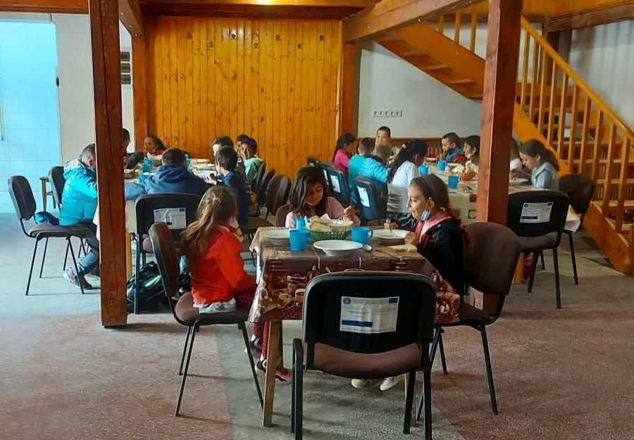 Masă caldă pentru 500 de elevi covăsneni printr-un program pilot