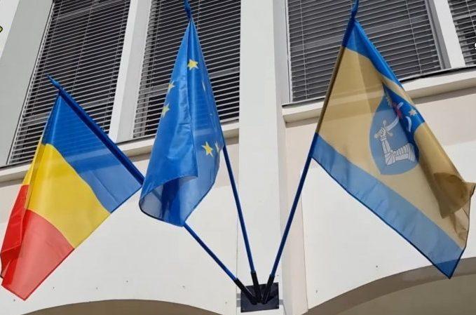 Steagul judeţului, aprobat recent de Guvern, arborat oficial pe clădirea Consiliului Judeţean
