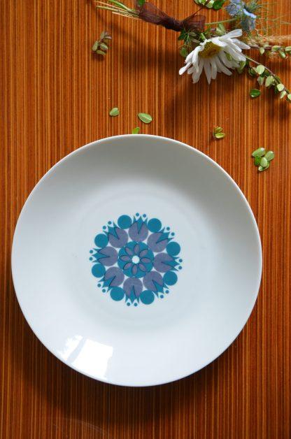 Lot de 3 assiette creuses en porcelaine de la marque Thomas, Germany. Motifs géométrique bleu. Année 70. Le tout fait 1.218kg.Le sucrier et ses tasses, les assiettes à dessert et la soupière sont vendus séparément.