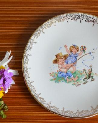 Assiette enfant Real Opalor Export , motif petit pêcheur de grenouille, décor or sur la bordure