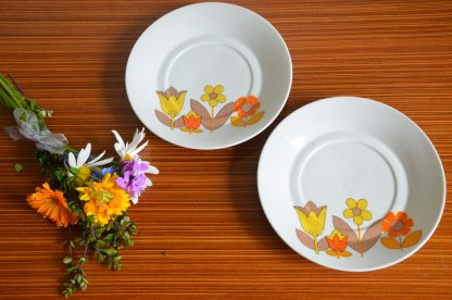 Lot de 2 petites assiettes décor fleurs jaune, orange, marron. Création L.Lourioux, Berry, Haute porcelaine