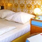 Chambre de l'hostel design RDA, chambre meublée d'objet, de papier peint et de meubles vintage