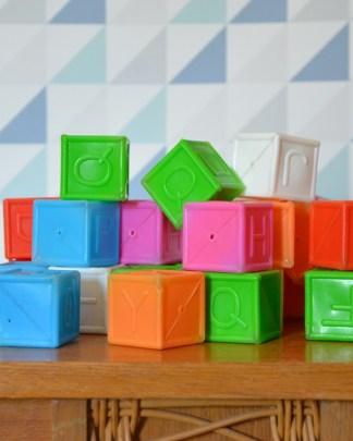 cube en plastique pour les apprendre aux enfants l'alphabet