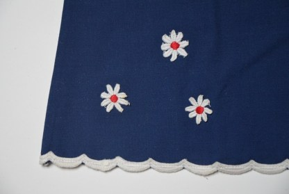 Robe d'été bleue pétrole, décor de petites fleurs blanche et rouge. 3 ans. Polyester mélangé, fabriqué en France. Lavage à 45°.
