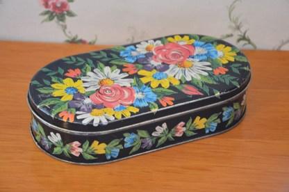 très jolis boite à caramels Fiorellini en métal, noire décor fleuri