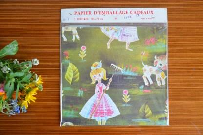 Joli papier peint vintage au motif de petite bergère et de ses moutons