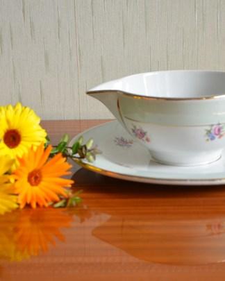 Saucière en porcelaine opaque, vert amande et à fleurs jaune, violette et rose